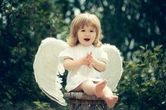 一点天使拍他的手 库存照片
