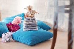 一点天使玩偶坐枕头 日s华伦泰 儿童手工制造` s的玩具 免版税库存照片