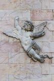 一点天使男孩雕塑。 免版税库存照片
