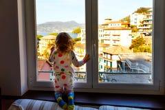 一点小孩享受从窗口的女孩孩子看法在利古里亚地区的早晨在意大利 Cinque令人敬畏的村庄  库存图片