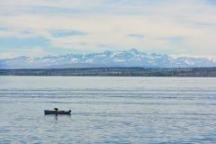 一点小船在结冰的湖 免版税库存照片