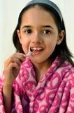 一点拉丁女孩清洁牙齿 免版税图库摄影