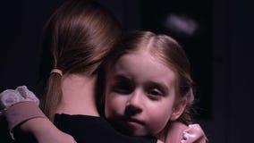 一点拥抱她的母亲、坏梦想、儿童恐惧和恐惧的俏丽的女儿 影视素材