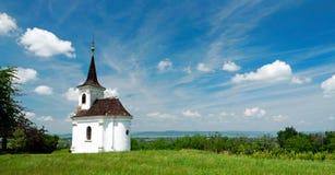 一点教堂在巴拉顿湖的巴拉顿莱莱 库存图片