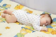 一点新出生女婴睡觉 免版税库存照片