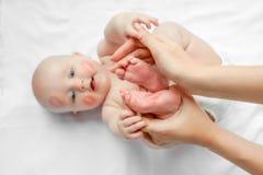 一点新生儿脚在母亲的手上 有红色亲吻的可爱的孩子在皮肤,白色背景的愉快的婴孩 顶层 库存图片