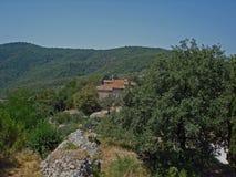 一点村庄在意大利叫Civitella 库存照片
