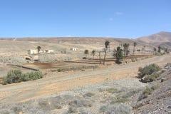 一点村庄在沙漠 库存照片