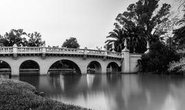 一点桥梁在庭院里在意大利 免版税图库摄影