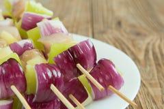 一点棵串起的肉和菜混合,烤 免版税库存图片