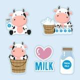 一点母牛和牛奶动画片 逗人喜爱的贴纸设计 库存例证