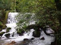 一点河和瀑布 免版税库存图片