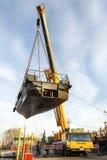 一点河船运载一台起重机 免版税图库摄影