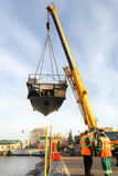 一点河船运载一台起重机 库存照片