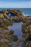 水一点流入在海峭壁的 海景 免版税库存图片
