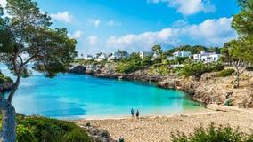 一点海滩卡拉市埃斯梅拉达岛,卡拉市d'或城市,帕尔马马略卡,西班牙 免版税库存照片