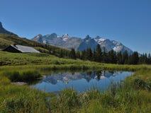 一点湖和山脉 库存照片