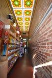 一点玉米花商店的内部 免版税库存图片