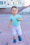 一点男婴赛跑 免版税库存图片