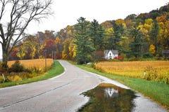 一点白宫,秋天,反射在池塘 免版税库存照片