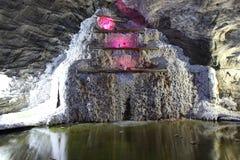 一点盐瀑布地下在盐矿 库存图片