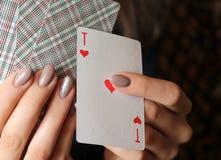 一点看板卡四比赛运气 女孩在她的手上拿着卡片 库存照片