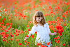 一点秀丽儿童女孩会集花花束母亲的 图库摄影