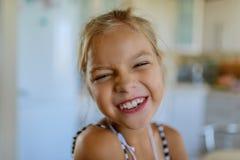 一点美好的blionde微笑的女孩摆在面孔 免版税图库摄影