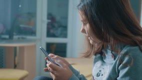 一点聊天青少年的女孩在社会媒介信使写一则消息 儿童技术和通信概念 影视素材