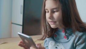 一点聊天青少年的女孩在社会媒介信使写一则消息 儿童技术和通信概念 股票视频