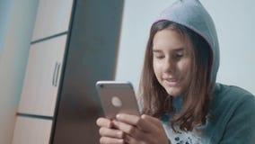 一点聊天青少年的敞篷的女孩在社会媒介信使写一则消息 儿童技术和通信概念 股票录像