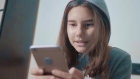 一点聊天青少年的敞篷的女孩在社会媒介信使写一则消息 儿童技术和通信概念 股票视频