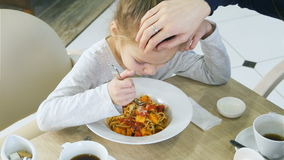 一点肮脏女孩吃粗心大意她的在咖啡馆的面团 股票录像