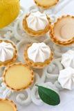 一点蛋白甜饼柠檬饼 免版税图库摄影