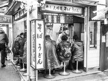 一点街道酒吧(Izakaya)在新宿 免版税库存照片