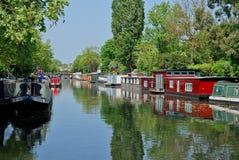 一点被停泊的narrowboats paddington威尼斯 库存图片