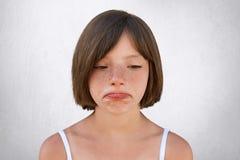一点让有有雀斑的皮肤的女孩烦恼并且浮动了头发,弯曲她的有是sorrorful的表示的嘴唇不快乐发现那pa 免版税库存图片