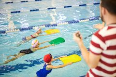 一点训练与辅导员的游泳者 免版税图库摄影