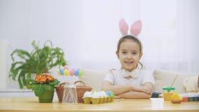 一点逗人喜爱和可爱的女孩恳切地微笑着 女孩抽  概念复活节假日 影视素材