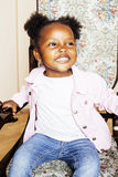 一点逗人喜爱甜非裔美国人女孩使用满意对玩具 图库摄影