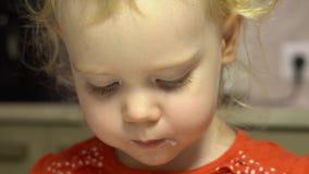 一点逗人喜爱的女孩吃奶油色奶油甜点 股票录像