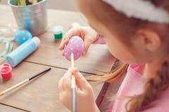 一点逗人喜爱的女孩复活节庆祝概念后面视图特写镜头着色在家怂恿绘画小点 库存照片