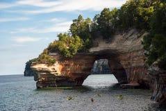 一点门户点成拱形在苏必利尔湖,湖岸被生动描述的岩石国民 免版税库存图片