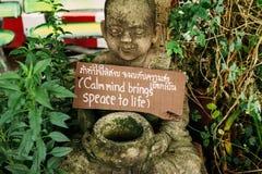一点雕象在古庙庭院里有消息的 免版税库存图片