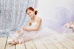 一点prima芭蕾 年轻芭蕾舞女演员女孩为bal做准备 图库摄影