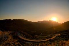 一点Tujunga峡谷-在圣费尔南多谷和圣塔克拉里塔谷之间的黑暗的天空在洛杉矶县加利福尼亚 免版税库存图片