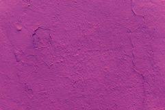 一片黑暗的桃红色树荫的纹理在一个混凝土墙上的 时兴的紫红色的颜色 E 库存照片