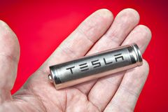 一特斯拉电动车的圆柱形电池,在好朋友 免版税库存图片