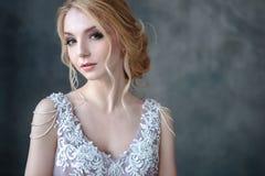 一现代颜色婚纱的新娘白肤金发的妇女有典雅的头发的和组成 秀丽方式女孩节假日性感构成的纵向 免版税库存照片