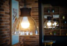 一电灯泡和光 免版税图库摄影
